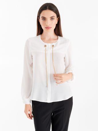 Blusa blanca con agujeros y cadena