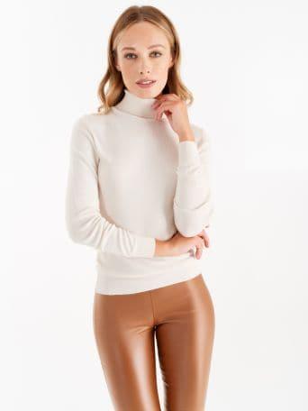 Jersey de cuello alto color blanco crema
