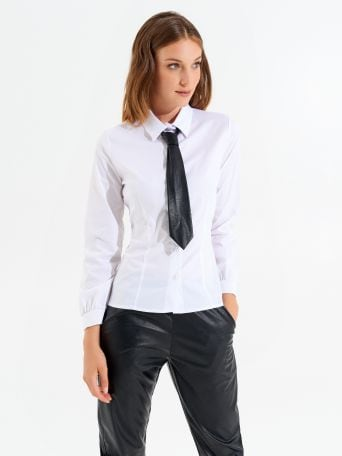 Fitted shirt with tie