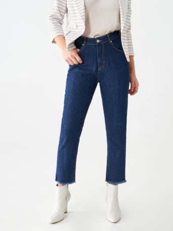 Cropped jeans with fringed hems